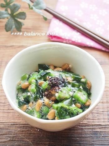 水溶性食物繊維が豊富なわかめ、おくらに、不溶性食物繊維の納豆が入っていて、この一品だけでパーフェクトなレシピです。 さらに、レシピも簡単で和えるだけなので、朝ごはんに用意してもいいですよね。