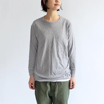 着心地の良さにこだわりのある「Ohh ! (オー)」のベーシックTシャツは、優しい肌触りの天竺コットン100%。ユニセックスなデザインはラフなカジュアルスタイルにぴったりです。