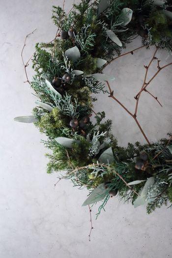 ツリーの次に準備したいのが、クリスマスに華を添えるリースやスワッグ。  ドアや壁面に飾ったり、平置きしてクリスマス小物とディスプレイしたり。モミやヒイラギ、ヒムロスギやスモークツリーをベースに、松ぼっくりや木の実をアクセントにするとクリスマスらしい雰囲気になります。