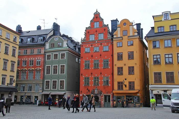 スウェーデン・ストックホルムの観光と言えばここ、と呼ばれているガムラ・スタン。 リッダーホルム教会、ストックホルム大聖堂、王宮、ノーベル博物館など歴史的建築物が多く建ち、また中世ヨーロッパを感じさせる街並みはカラフルで可愛らしく、おとぎの世界に迷い込んだような小さく曲がりくねった道が多くあり、散策していてとても楽しいエリアです。