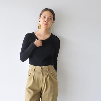 シンプルな無地の「長袖Tシャツ」は、一枚で、またはインナーとして、ロングシーズン着まわせる万能アイテム。ベーシックカラーを数枚持っておくと、何かと重宝します。