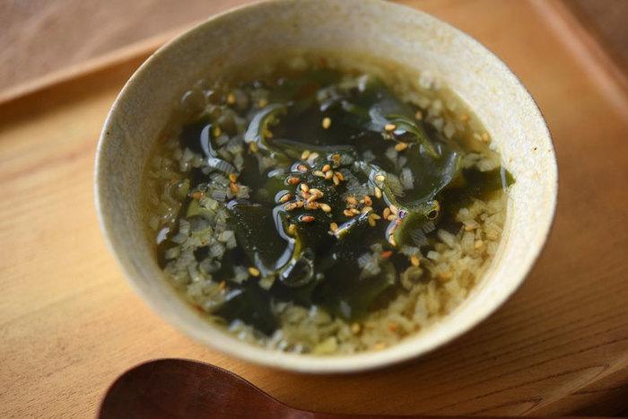 わかめと長ねぎベースの、美味しいだしを味わえるシンプルなスープです。 朝ごはんや、夜ご飯のメニューに、このわかめたっぷりのスープで、水溶性食物繊維を摂りましょう。カンタンなのに、体の中から温まれますね。