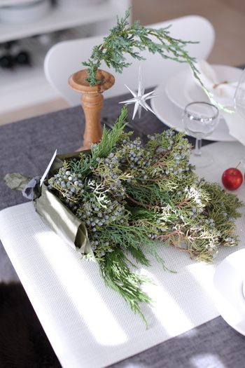 華やかなスワッグはテーブルに置いておくだけでも、クリスマスムードを盛り上げてくれます。 テーブルの端までこんな粋な計らいがあると、招かれた方もうれしくなりますね。