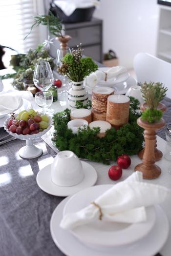 また、リースやスワッグは、クリスマスのテーブルコーディネートに取り入れるのもおすすめです。  テーブルの中央に背の高いキャンドルやフラワーベースをセッティングし、リースで囲めば、料理をセンスアップして見せてくれますよ。