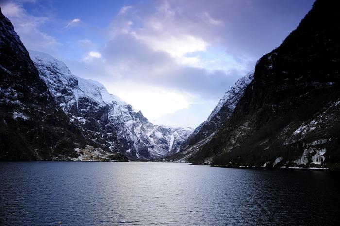 ノルウェーでの都市に滞在する観光も魅力的ですが、絶景と雄大な自然を満喫できるフィヨルド観光もおすすめです。生涯忘れられない思い出となるに違いありません。フィヨルド観光にはオスロやベルゲン、オーレスンなどの都市に滞在し、そこを出発地点としてフィヨルド観光へ向かいます。旅慣れている方であれば、個人手配で日程を組んで行けますが、初めての北欧滞在であればツアーに参加するのが一番楽な方法。無理のない日程を組み、ぜひ大自然の美しさを堪能してください。