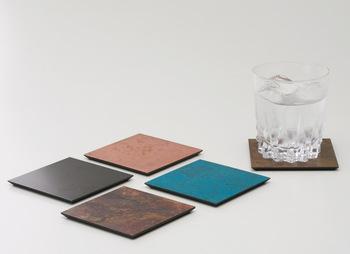 それぞれの発色を楽しむなら、コースターのセットもおすすめです。シックで上品なテーブルコーディネートにまとまりそうですね。