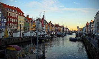新しい港という意味を持つ人工の入り江につくられた街、ニューハウン。デンマークの首都、そして最大の都市であるコペンハーゲンにあります。 運河に面したカラフルな建物が立ち並び、観光地としてその名を知られるニューハウンにはレストランも多くあり、散策にもおすすめの場所です。 夜のニューハウンはライトアップされてとってもロマンティック。昼とはまた違った雰囲気を楽しめるはず!