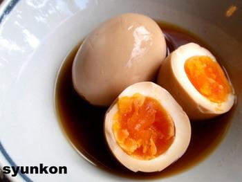 味がしみたラーメン屋さん風の煮卵。脇役では終わらない、おかずとしての存在感がありますね。半熟に仕上げた卵の断面は、本当に食欲をそそります。一晩以上漬け込みますので、時間のあるときに下ごしらえをしておきましょう。