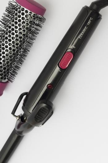 巻き髪を作る際に、まず思い浮かべるアイテムが「コテ」ではないでしょうか。巻き髪のウェーブの大きさは、コテの筒状の部分(バイブと呼びます)の太さによって変わってきます。