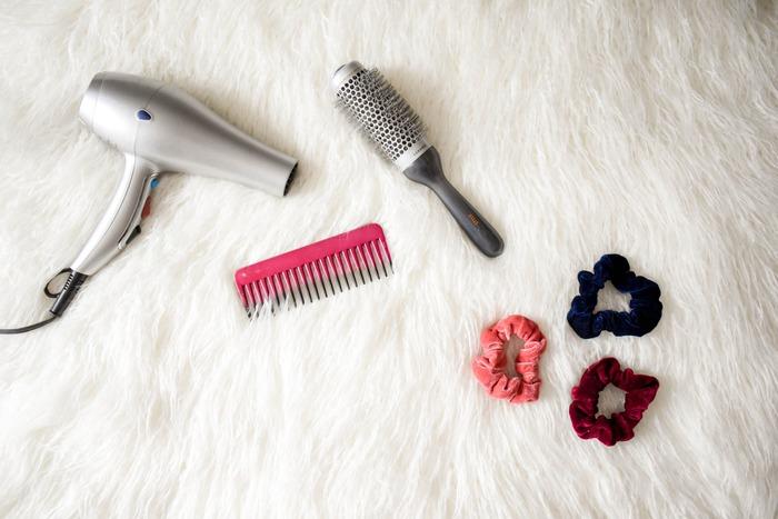 まずは、巻き髪へアを作るために必要なヘアアイテムをご紹介していきます。巻き髪=コテだと思いがちですが、実はコテ以外にも、巻き髪を簡単に作るアイテムがあるんです。