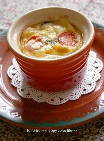 炒めた具材に生クリーム入りの卵液をかけ、チーズをのせてオーブンで焼くだけ!ココットを使って、とても簡単においしいキッシュができあがります。パンやサラダとともにワンプレートにするのもおしゃれかも。