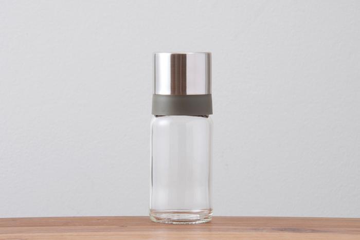 シンプルモダンなオイルボトル。コンロ周りに置いておきたいサラダ油やオリーブオイルなどを詰め替えるのにぴったり。