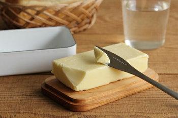 こちらは野田琺瑯のバターケースです。200gのバターがそのまま入るサイズ。木のふたは、バターをカットする時のまな板代わりにもなって便利です。