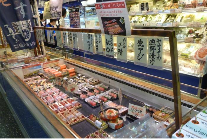 お土産や当地の特産物を購入するなら3階の「まるとく市場」をのぞいてみましょう。富士山麓の特産品や、駿河湾の海産加工物、土産菓子等などが所狭しと並んでいます。中でも持ち帰りの寿司折は、人気で好評です。  まるとく市場内の「駿河屋賀兵衛」は、富士川楽座を拠点とする塩辛専門店。 店には、イカやタコ、牡蠣や貝など全部で60種類以上の塩辛を販売していますが、塩辛と並んで好評なのが、寿司折です。「駿河屋賀兵衛」は、高速道路上で全国に先駆けて、握りたての寿司折を販売した店です。ショーケースには、地元駿河湾で水揚げされた魚介などを用いた握りたての寿司が種類豊富に並んでいます。