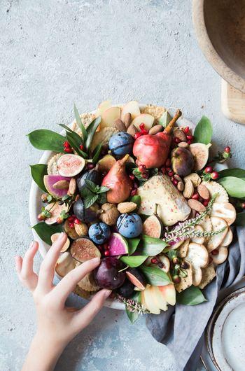 ゲスト側にとって悩みどころは、持ち寄るものがホストが用意してくれているものや他の人と被ってしまわないか、ということ。そんな心配のないように、ホスト側は、役割分担を明確にしてあげるようにしましょう。「ごはんものやパン」「スナックやおつまみ」「果物やデザート」...あるといいなと思うものを前もってお願いしておけるとスムーズです。
