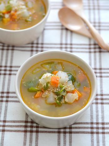 ごまらー油のほんのりピリ辛が食欲を刺激する、野菜とツナがたっぷり入った具沢山スープです。身体もぽかぽか、これを一杯飲むだけでも元気が出そうです。