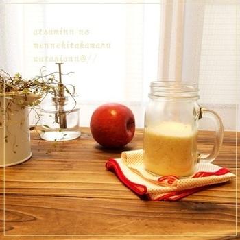 りんご、生姜、マヌカハニー。滋養があって元気が出そうな3つの食材を使ってあったかいホットスムージーにします。風邪の引き始めやお腹の調子が悪い時にもおすすめです。