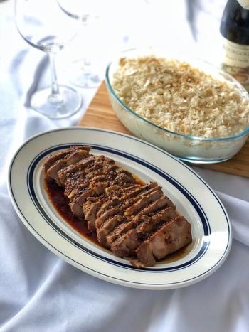 【ハニーマスタード煮豚】 作り置きもできて、ちょっと豪華な感もある煮豚は、おもてなし料理にもおすすめ。マスタードとはちみつがまろやかに豚肉の旨味を引き立てます。パーティーの前日から作っておくと、当日の作業がとても楽になるし、味もよく沁みて美味しいですよ。
