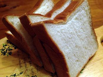 おすすめは、米粉入りの食パン。米粉の優しい風味と、しっとり感がたまりません。トーストして食べるのは勿論ですが、まずはトーストもバターもつけずに、そのまま素材本来の美味しさを味わのがおすすめです!