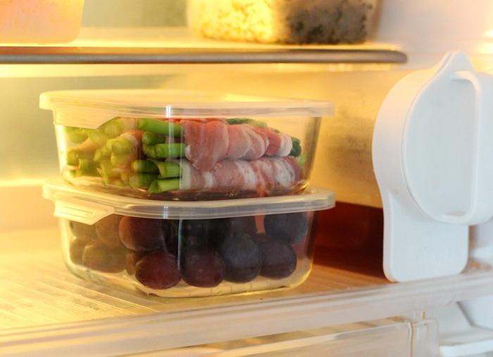 蓋付きの耐熱ガラス食器は、食材の保存容器としても活躍してくれます。シンプルな四角い形状なので、写真のように食器を重ねてすっきりと収納できますよ。電子レンジも使用できる耐熱ガラス食器なら、グラタンが余ったら冷蔵庫に保存→レンジで温め直し、という使い方もできて便利ですね。