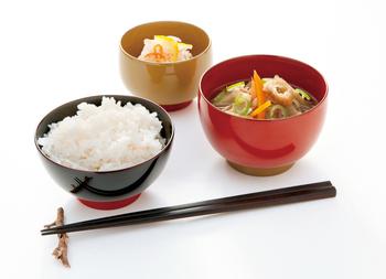 2色使いの漆器は、【aisomo cosomo】の物。一つ一つハケで塗るからこそ実現した、ポップな色の組み合わせが魅力です。飯椀・汁椀・小鉢など、シリーズで揃えられるようになっています。