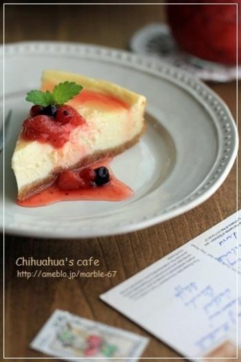 チーズケーキを食べたいけどカロリーが気になる方に。カッテージチーズを使えばあっさりとした味になり、低カロリーに抑えることができます。