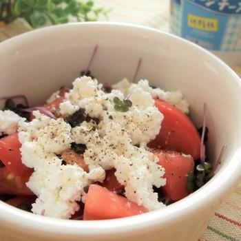 トマトをざくざく切って、カッテージチーズをのせるだけで簡単におしゃれなサラダができます。