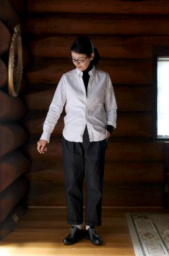 定番のオックスフォードシャツを上に重ねたコーデ。 これからの季節、タートルネックを着るという方も多いと思いますが、定番アイテムのこんな取り入れ方もまた素敵ですね!