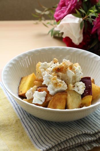 りんごとさつまいもの黄金コンビに、カッテージチーズを合わせて。メープルシロップをかけたらあとは食べるだけ♪