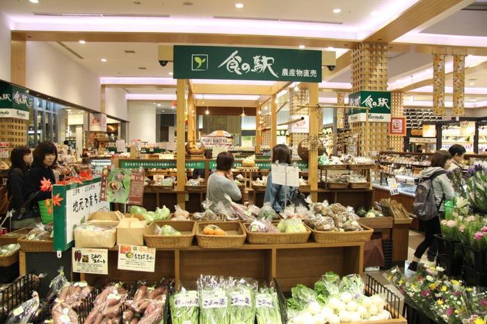 守谷SAやさい村では、農産物に限られていましたが、三芳PAの「食の駅」では、新鮮野菜や果物の他、ハムやソーセージ、乳製品といった畜産加工品や調味料、菓子や珍味、弁当等など、購入するのに迷うほど、幅広い農畜産物や特産品を取り揃えています。