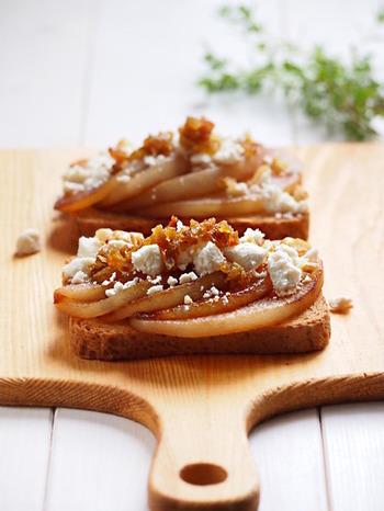 トーストしたパンに、フライパンで軽く焼いた梨を乗せ、カッテージチーズとみじん切りにした干しぶどうを乗せたらおしゃれなおやつの出来上がり。