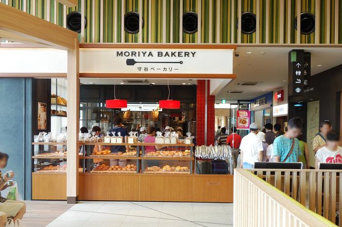 また施設内の飲食店や販売店も、全国展開する大手や有名店の支店だけでなく、地域に根付いた老舗店も増え、地元産の食材を積極的に用いたり、地域に根づいた料理や甘味を扱う店舗も一般的になってきました。 【地域の食材を多用した創作パンが人気の「守谷ベーカリー」(守谷SA上り)】