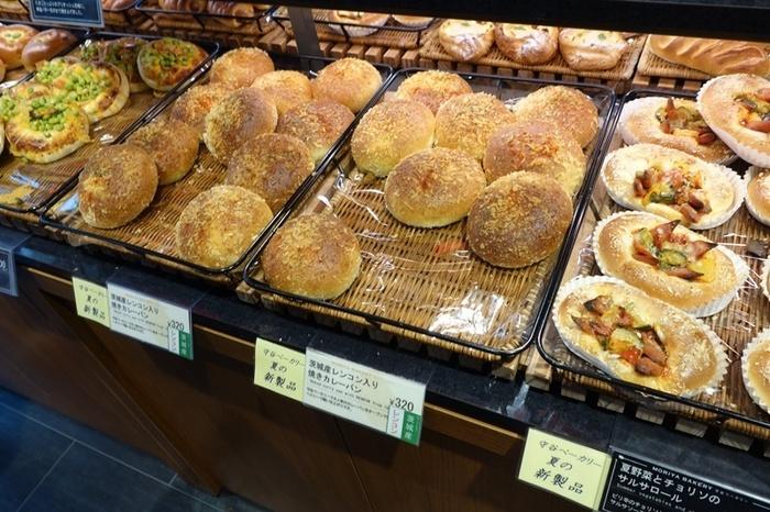 「MORIYA BAKERY(守谷ベーカリー)」は、ロブションで知られるフォーシーズが手掛けるベーカリー。店内には、牛乳や卵、野菜等など、地元茨城の新鮮な食材を用いた手作りパンが、種類豊富に並んでいます。