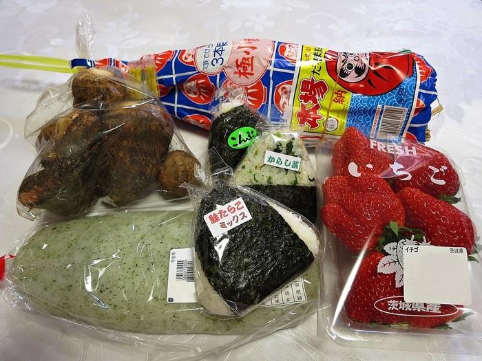 """このSAでは、一般的なPAやSAで扱われない新鮮野菜や果物、特産物や加工品等、幅広い""""食の買い物""""を楽しむことが出来ます。【「Pasar守谷」の戦利品の数々。地元米で握ったおにぎりは、小腹を満たすのにピッタリ。】"""