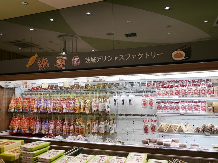 """""""届けるIBARAKI style""""をコンセプトに、茨城の隠れた逸品や特産品を取り揃える「旬撰倶楽部」は、""""食""""に関心のある方は特に見逃せないショップです。【画像は、茨城県が誇る納豆の数々が所狭しと並ぶ「茨城デリシャスファクトリー」。】"""