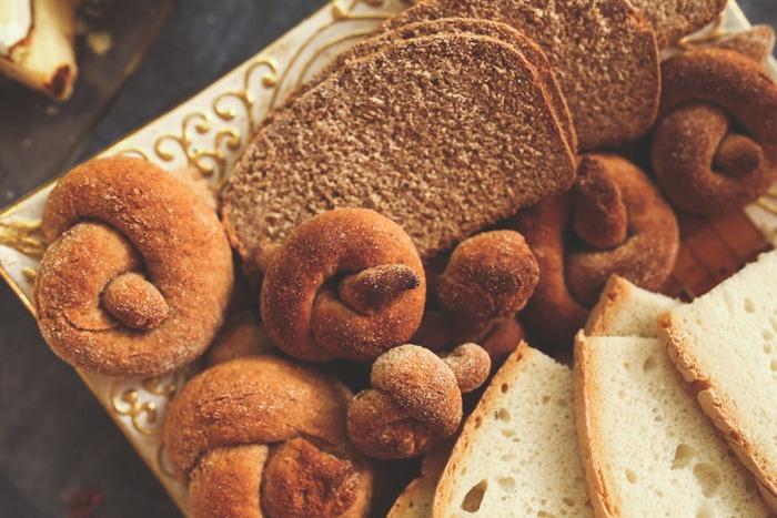 お米を食する私達日本人にとっては、どこか懐かしい、優しい味わいが魅力の米粉パン。 しっとり、もちもちっとした食感と、噛むほどにお口の中に広がるお米の甘さは、一度食べたらきっと病みつきに… おうちで手作りするのは勿論、全国各地にある米粉のパン屋さんで、是非、美味しいパンを味わってみて下さいね♪