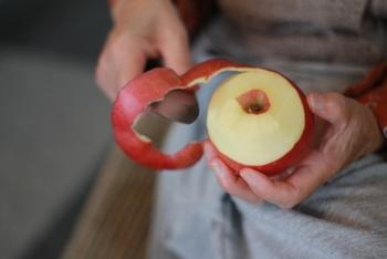 加熱に向いたりんごの代表が「紅玉」。酸味が強く実が固めなので加熱しても味がぼやけたり煮崩れしたりしないので加熱調理向きとされています。旬は10月から11月と短いので、紅玉が手に入らない場合は、別のりんごと紅玉をかけ合わせた「ジョナゴールド」や「あかね」などがおすすめです。