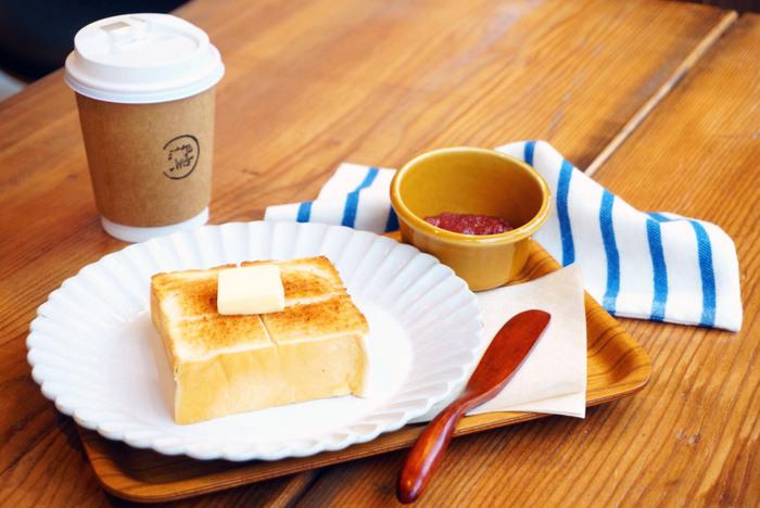 出勤前など、さくっと食べたい方は1階のコーヒースタンドの「モーニングトースト」がおすすめ。こちらは、浅草の名店「ペリカン」の食パンのトーストに、パティシエが作る自家製ジャムのセット。他にもコーヒーとホットサンドのセットもあるので、日替わりで楽しむこともできそうです。