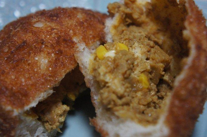 """人気は、県の特産物""""レンコン""""入りのキーマカレーがたっぷり詰まった『茨城県産レンコン入りキーマカレーパン』。 シャキシャキしたレンコンの食感が楽しいカレーパンは、香辛料が効いてスパイシー。コーンの甘味とチーズのコクがカレーを引き立てて、風味豊かで美味しいと評判です。"""