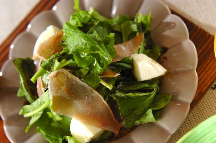 生ハムの塩気とルッコラの苦みが抜群のハーモニーを生み出すサラダ。バジルが爽やかに香ります。