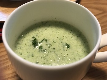 寒い日のハッシュドビーフの付け合わせにおすすめなのがあったかいスープ。ブロッコリーをたっぷり使った栄養満点スープです。