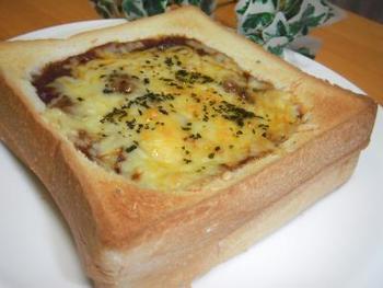 朝食におすすめのアレンジレシピがこちら。食パン二枚を重ね真ん中をカットした一枚の中にハッシュドビーフを詰めてチーズを乗せて焼くだけ。時間がない朝でも簡単です。