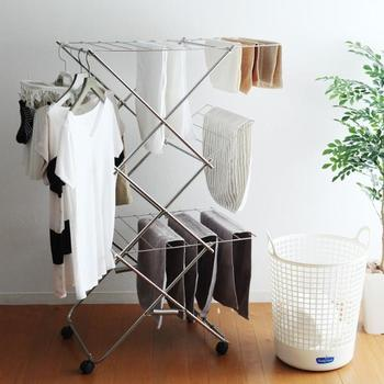 ひとり暮らしの方や、限られたスペースで設置したい、またインナーなどの限られた衣類だけをサッと干したい…という方には、場所を取らない折りたたみ式&キャスター付きの物干しがおすすめ! 外出する前に洗濯物を干し、帰ってきたら洗濯物を取り入れて、そのまま物干しも一緒にお片付け。使いたい時だけ出し入れすることが出来るので、限られた空間を有効的に使えてとっても便利です。 大木製作所の「タワー型室内物干し」は、使う時にだけ組み立てれば、あっという間にランドリールームに…
