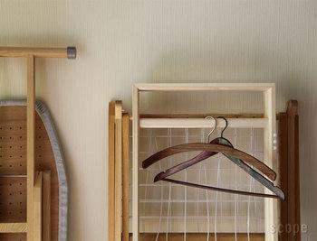 スッキリと折り畳んだ姿は、木の美しさが映える佇まい。 生活感も無く、一見すると和のイメージですが、どんなインテリアにもすんなり馴染みます。使わない時は、お部屋にちょこんと立て掛けておいて、必要な時にだけ使える道具。お部屋の良きパートナーになりそうですね!
