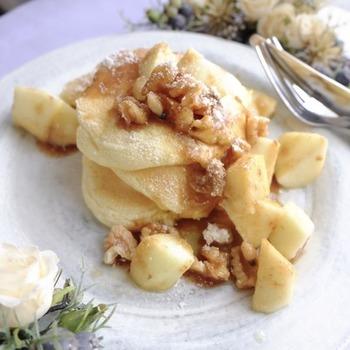 りんごのソテーはそれだけで食べてもおいしいですが、パンケーキやスコーン、トーストなどに添えるとワンランクアップの味わいに。買い置きできるりんごがあれば、思い立った時にいつでも楽しめますね。