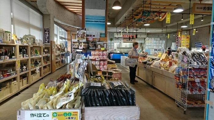 「道の駅」の買い物なら、地元ならではの加工品や手作り弁当も楽しみの一つです。 「大漁市場」と「豊作市場」の中間に位置する「味楽来市場(みらくるいちば)」には、調味料や酒類、乾物等など、南房総と県内の特産品や加工品がずらりと揃っています。