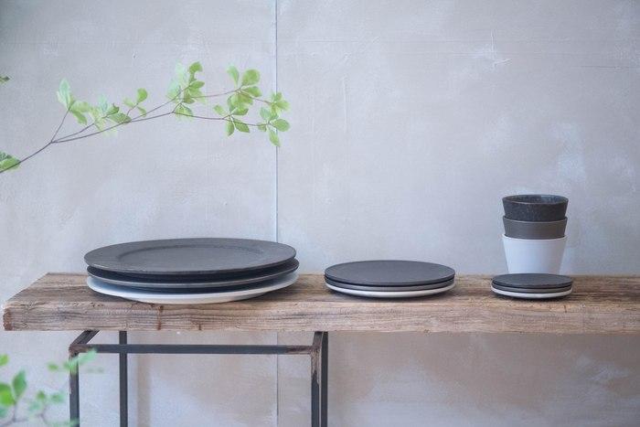 白いキャンバスならぬ漆黒の美しさでお料理や素材を美しく、そしてよりおいしそうに見せてくれる「黒いお皿」。ぎゅっとたくさん乗せても絵になり、余白を大きく作って盛り付けても粋に決まる黒いプレート。そこで今回は、あると便利な黒系のお皿で作る、ワンランクあげるお料理の盛り付け案をご紹介したいと思います。
