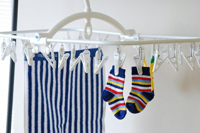 シンプルで清潔感のあるホワイトとブルーを基調としたデザインが美しいFreddy Leckの角ハンガー。 タオルや靴下など、細々とした洗濯物を干すのにちょうど良いアイテムです。使わない時には、半分に折り畳むことができ、中干しには勿論、外干しの時に、竿が高い位置にある場合でも引っ掛けられるよう下部に取っ手がつけられており、使いやすさを考えた設計になっています。 毎日に使うものなので、小さなストレスを感じずに使えるのは嬉しいポイントですね。 毎日のことだから、お洒落なアイテムで…そんなちょっとしたことで、日々のお洗濯が楽しくなりそうですよね!