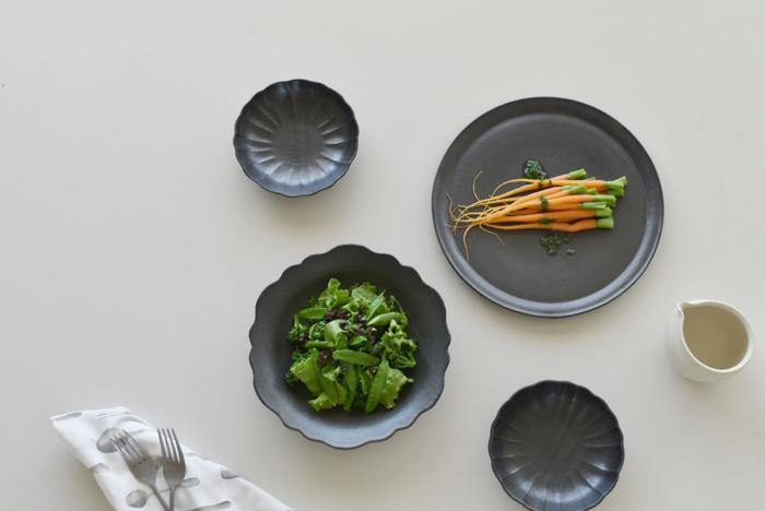 いかがだったでしょうか?いつもの食卓に黒いお皿をプラスするだけでテーブルが一気にスタイリッシュに変身します。同じメニューでもお皿を変えるだけで気分転換にもなりますよ。テーブルコーディネートのお供に黒いお皿も是非チョイスしてみてくださいね。