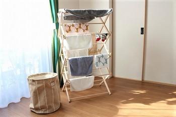 ポーランド発BIERTAの「折りたたみ クロスドライヤー」は、天然のビーチウッドで作られた優しい雰囲気漂うアイテム。 ナチュラルで優しい雰囲気は、洋室にも和室にもよく馴染みます。洗濯物を干すのは勿論、リビングに置いて、ひざ掛けやブランケットをちょこん掛けたり、バスルームで家族のタオルの定位置にしたり…使い方はいろいろ! それぞれの木のパーツは、角を丸みのあるフォルムに仕上げてあるので、フローリングや畳を傷つけにくく安心です。